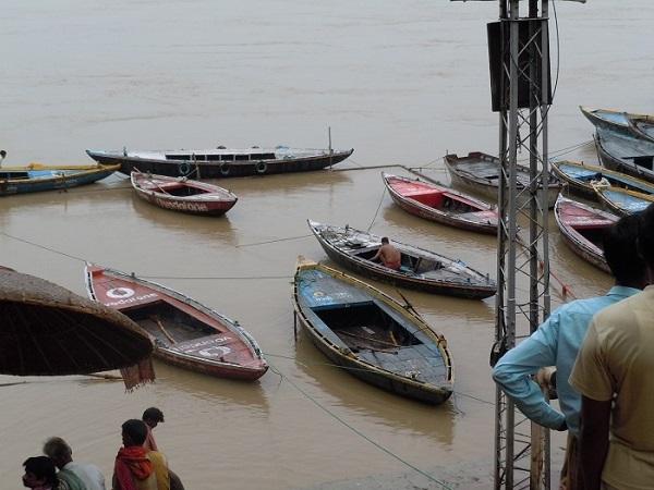 ガンジス川に係留されている頼りのない小舟