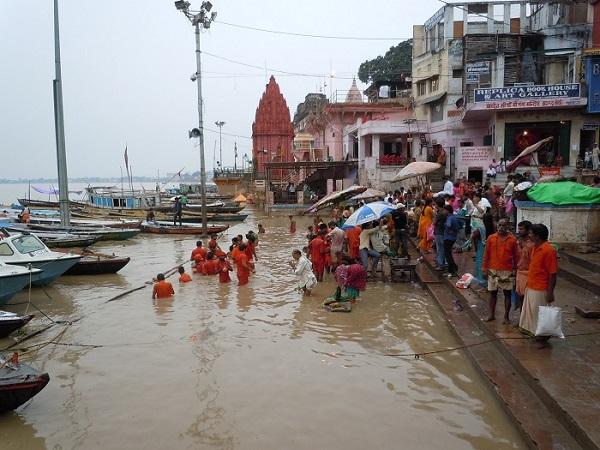 ガンジス川で沐浴をする人々