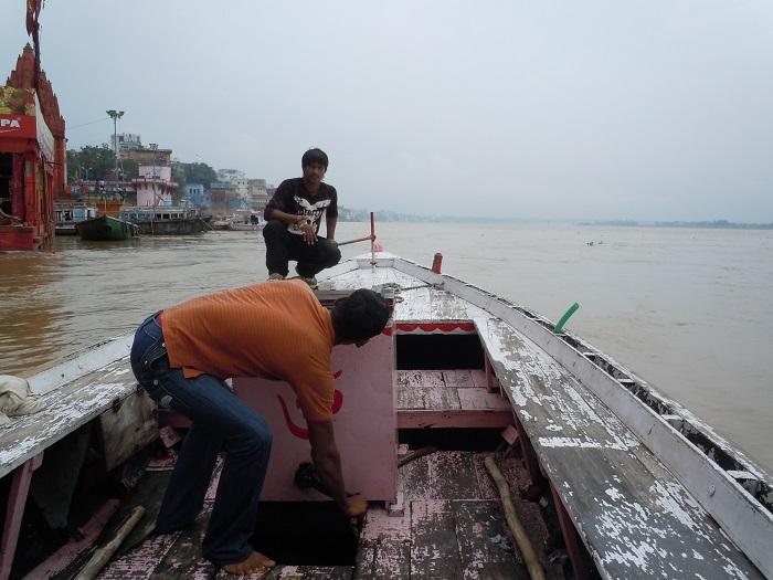 貸し切り状態のガンジス川クルーズボート