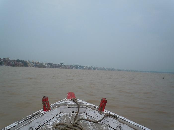 悪天候のガンジス川クルーズの様子