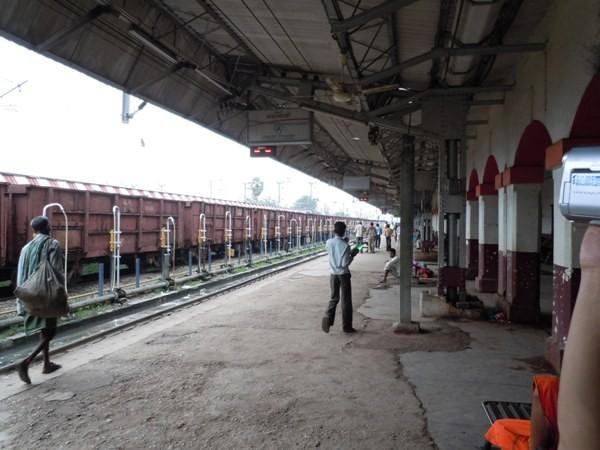 インド・ベナレス駅のホームの様子