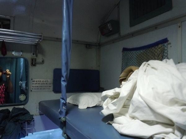 2等寝台のカラオケ屋のシートのような簡易的なベッド