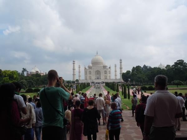 観光客と現地のインド人で賑わうタージマハルの様子