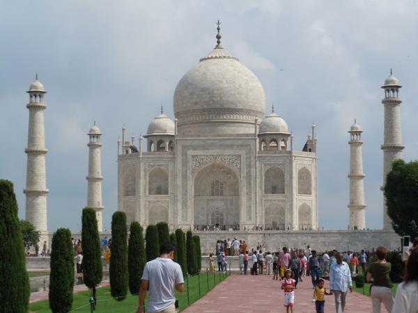 観光客で賑わう世界遺産のタージマハル