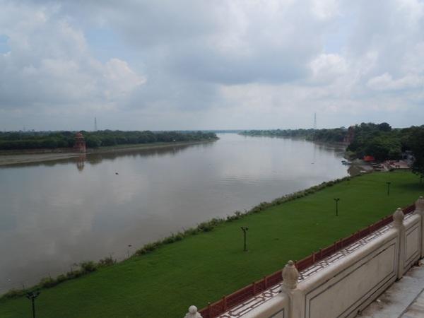 タージマハルより望むヤムナー川