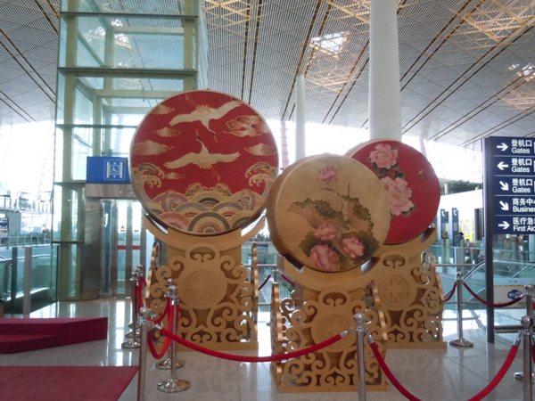 北京首都国際空港内の中国風なモニュメント