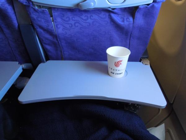中国国際航空のロゴ入りの紙コップ