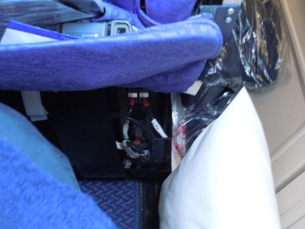 配線がむき出しになり壊れていた座席