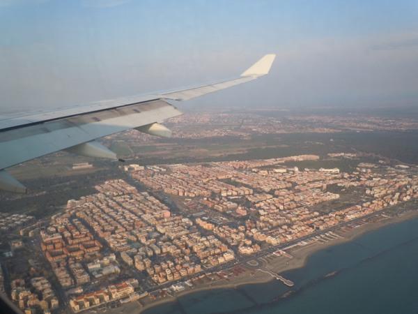 着陸時に機内から見えたイタリアの街並み