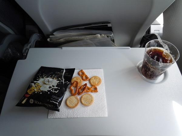 機内で提供されたおつまみと飲み物