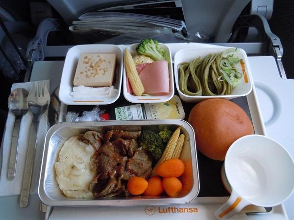 セントレアからフランクフルト路線のルフトハンザの機内食(牛肉のソテー)