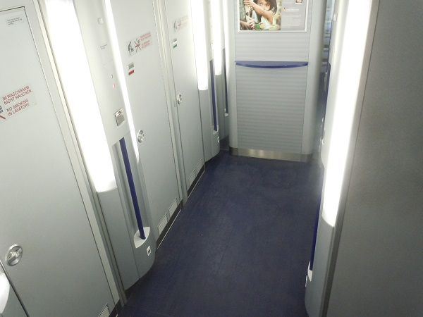 A340-600の地下トイレの全景