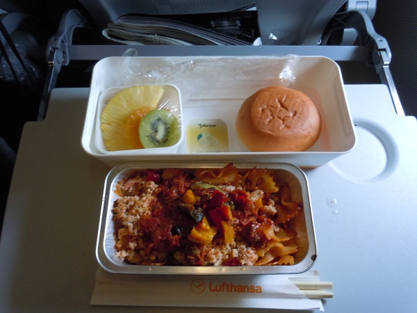 セントレアからフランクフルト路線で提供された機内食(軽食)