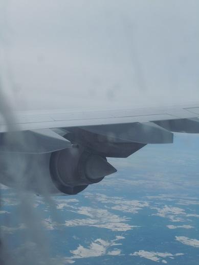 機内から見たA340-600の第4エンジン