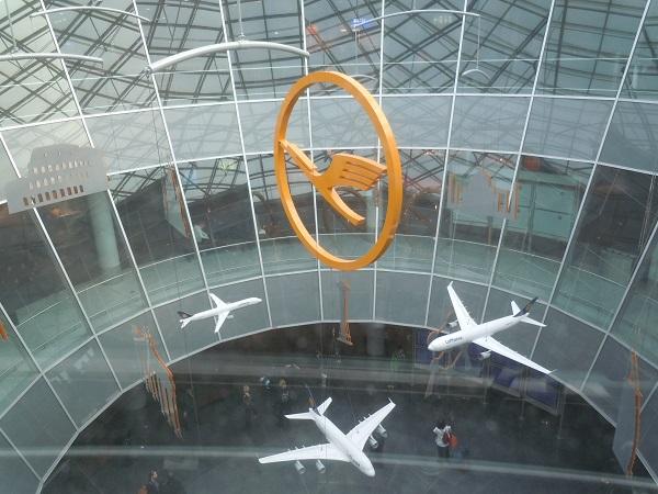 フランクフルト国際航空内に設置されたルフトハンザのモニュメント