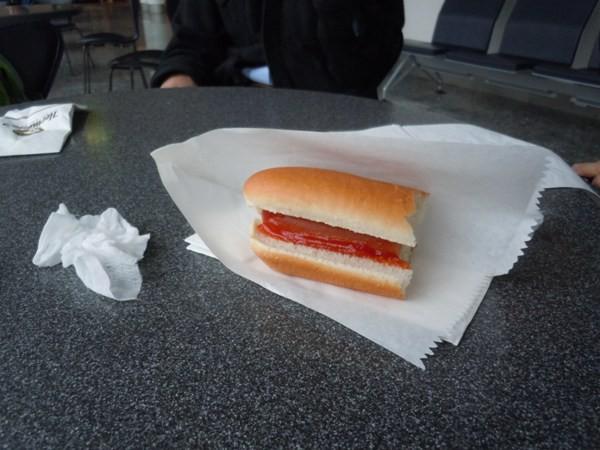 フランクフルト国際空港で食べたホットドッグ