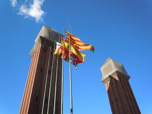 スペインのバルセロナ市内の「スペイン村」にたなびくスペイン国旗