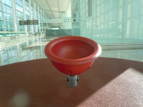 バルセロナの空港内に設置してあった回転式の着席型の遊具