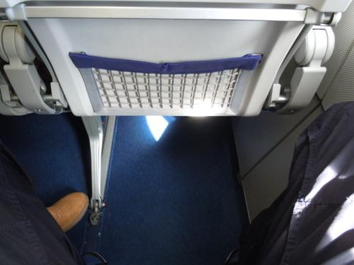 ルフトハンザのA321型機の座席の足元の様子