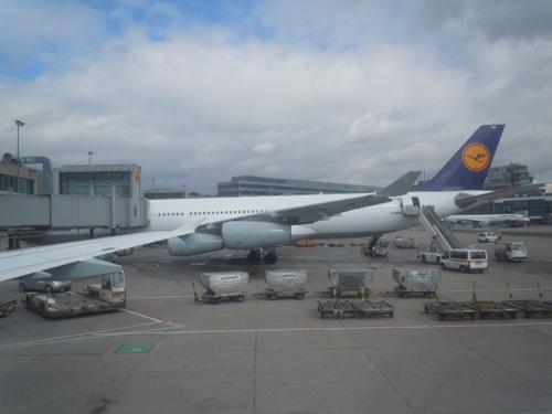 曇り空のフランクフルト国際空港に到着