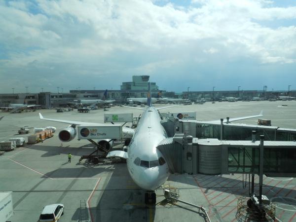 搭乗機のルフトハンザドイツ航空のA340-600を正面から