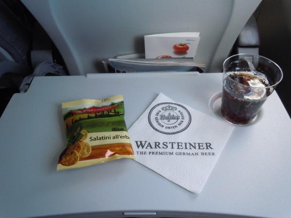 搭乗後に提供されたおつまみと飲み物