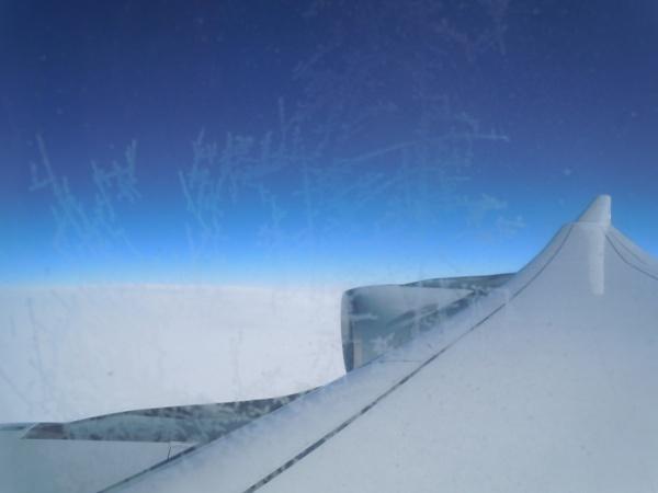 ルフトハンザドイツ航空のA340-600の機内から眺めたエンジンと翼