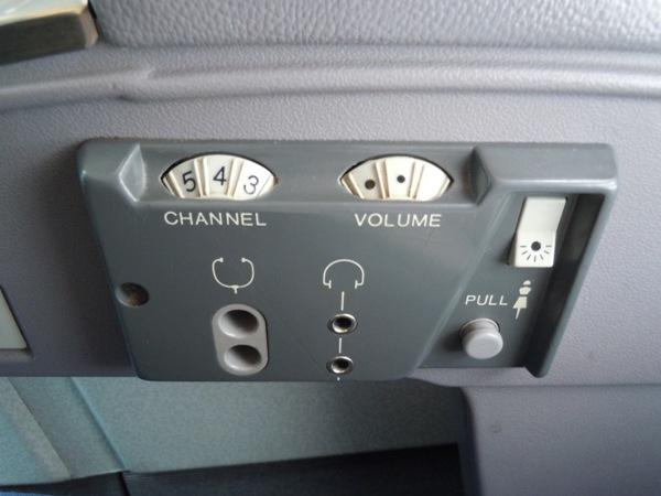 昔ながらのダイヤル式の機内オーディオシステム操作盤