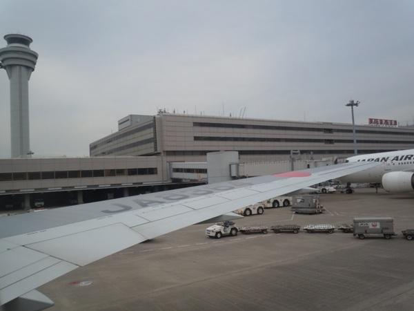 羽田空港到着時の機内からの景色
