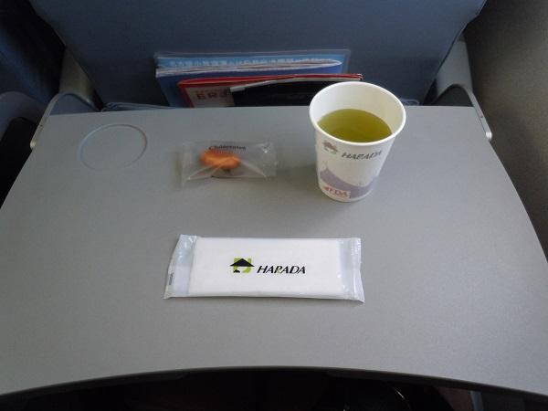 シャトレーゼのプチケーキと緑茶の機内サービス