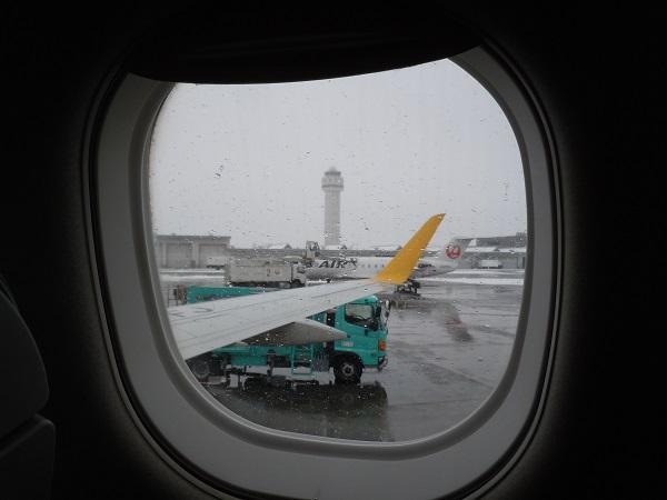 沖止めされた機内から見える新千歳空港管制塔