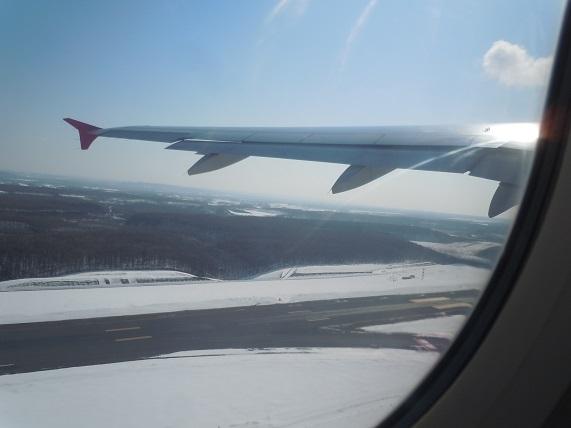 雪残る新千歳空港からの離陸時の様子