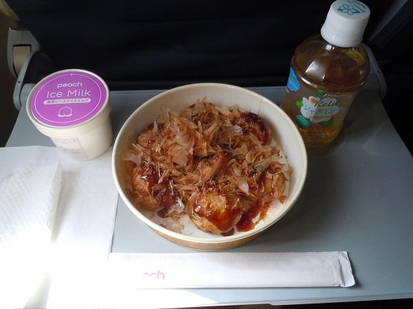 ピーチの機内販売で購入したたこ焼きとピーチ・アイスミルクとジャスミン茶