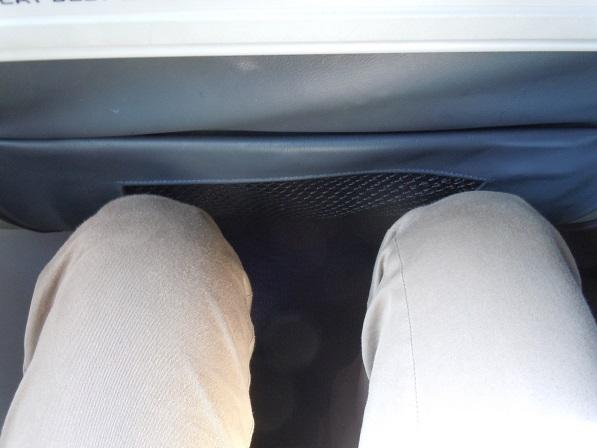 ピーチの座席の足元を上からみた様子