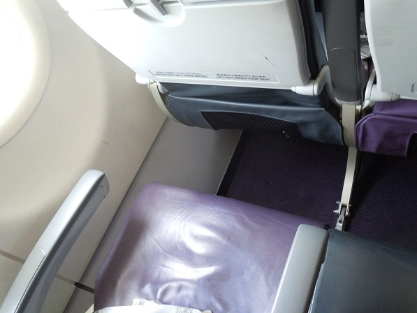 ピーチの座席の前席と座面との間隔