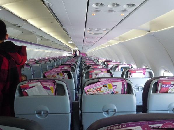 ピンク色をほどよく使用したピーチの機内の様子