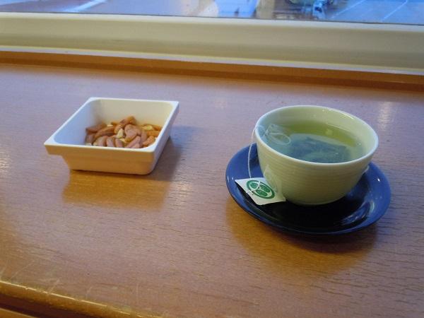 サクララウンジにて緑茶とおつまみ