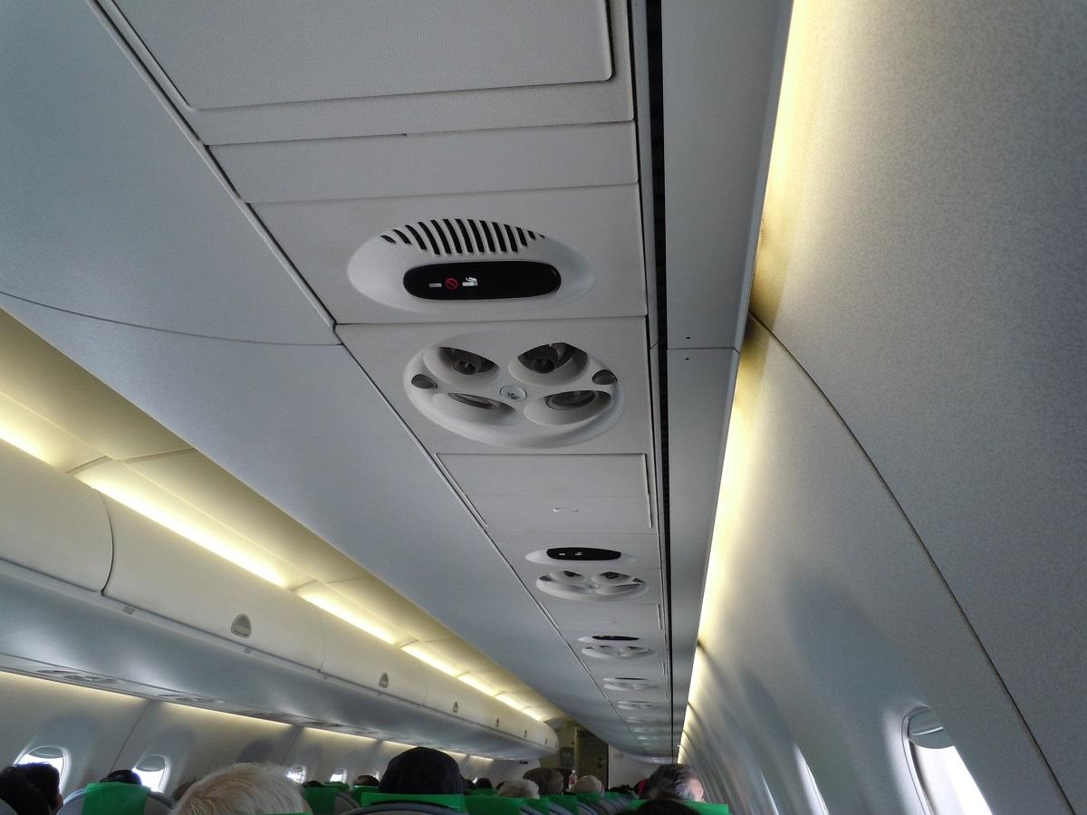 FDAのE170型機の機内の様子