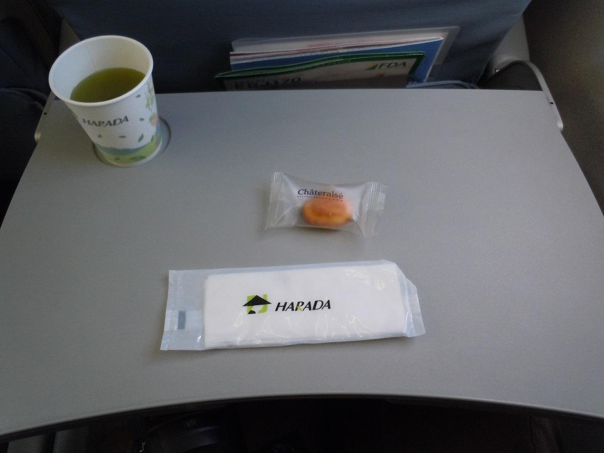 FDAの機内サービスで提供された緑茶とシャトレーゼの茶菓子