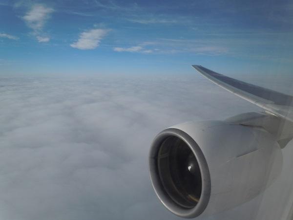 水平飛行中のエンジンと翼の風景