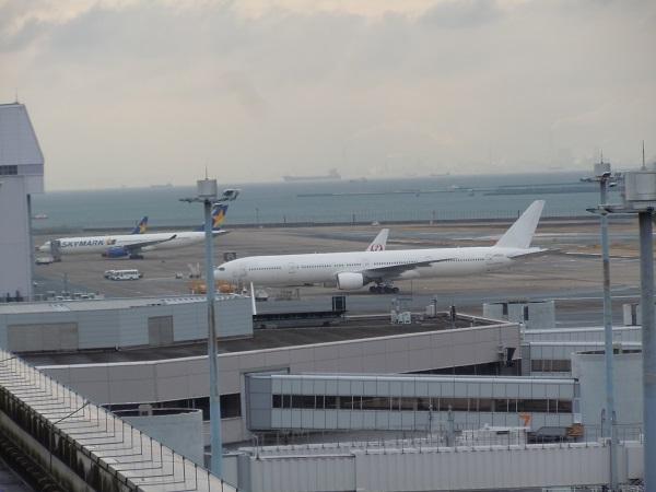 白く塗られ売却準備中のJALのB777-300(JA8942)