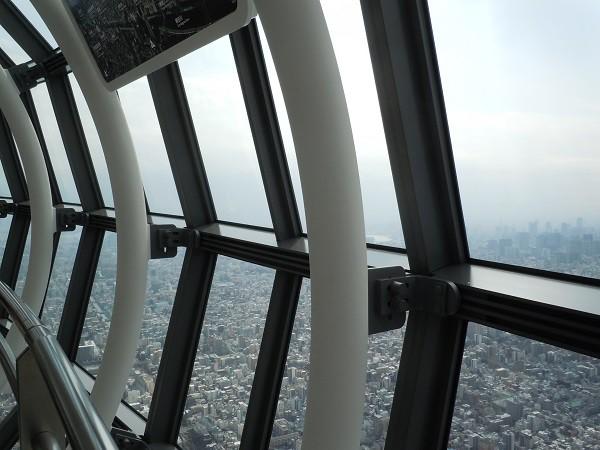 展望回廊の窓際の構造