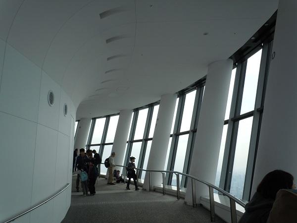 人の数がまばらな展望回廊内部の様子