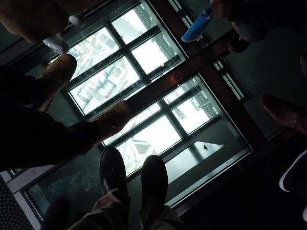 東京スカイツリーの展望台に設置された透明なガラスの床