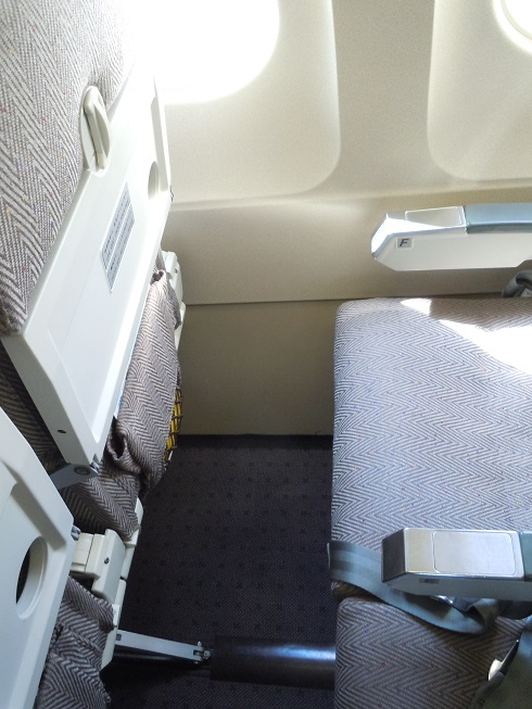 着席した元ANA機材の座席間隔