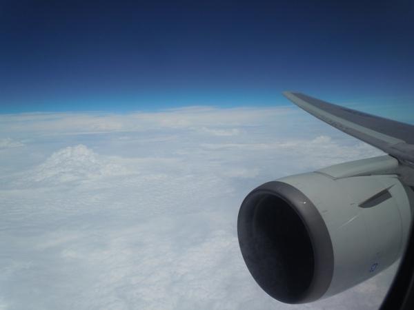機内から見えるエンジンと翼と青い空の景色