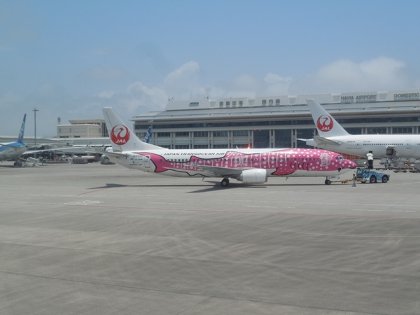 那覇空港到着時に機内から見えたサクラジンベエジェット