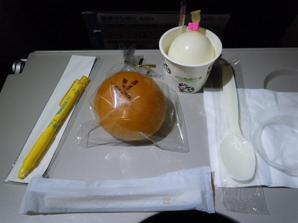 バニラエアの機内販売で購入したクリームパン・ミルク玉・ボールペン