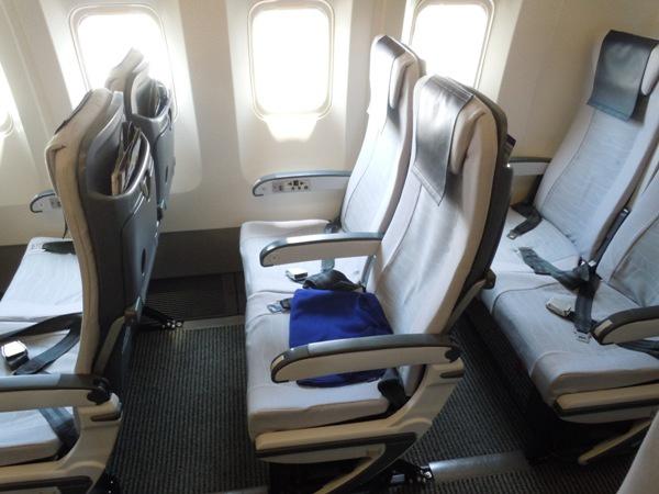 今回座ったB767-300型機の普通席