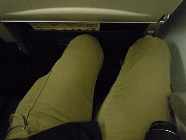 バニラエアの座席の足元の広さ(前席が最大角度で倒れてきた時)